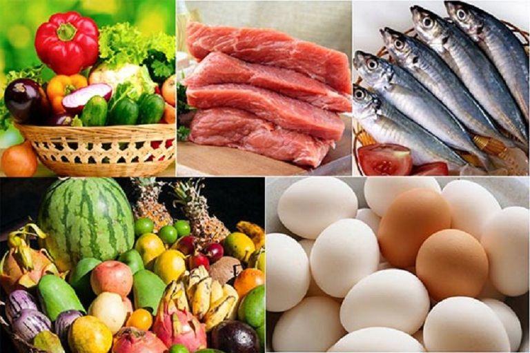 Nên cho trẻ tăng cường ăn rau xanh, trái cây, thực phẩm giàu đạm để hỗ trợ trị bệnh hiệu quả
