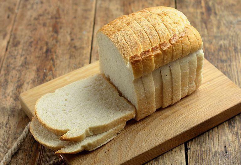 Ăn vài lát bánh mỳ khi cơn đau dạ dày xuất hiện vào ban đêm do đói bụng