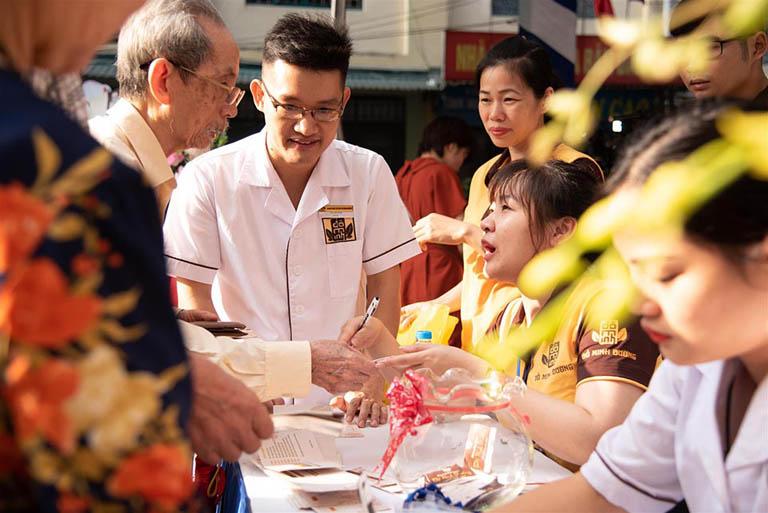Bác sĩ Trần Hải Long tham gia chăm sóc sức khỏe cộng đồng