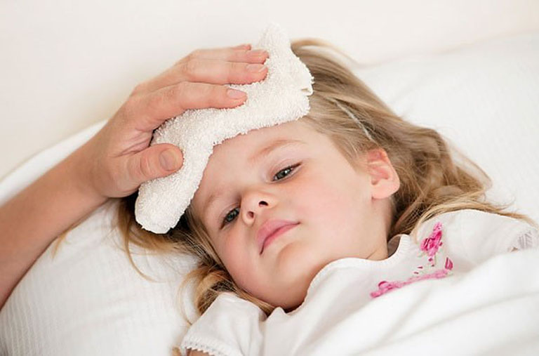 Sốt cao là dấu hiệu đặc trưng của bệnh viêm họng cấp