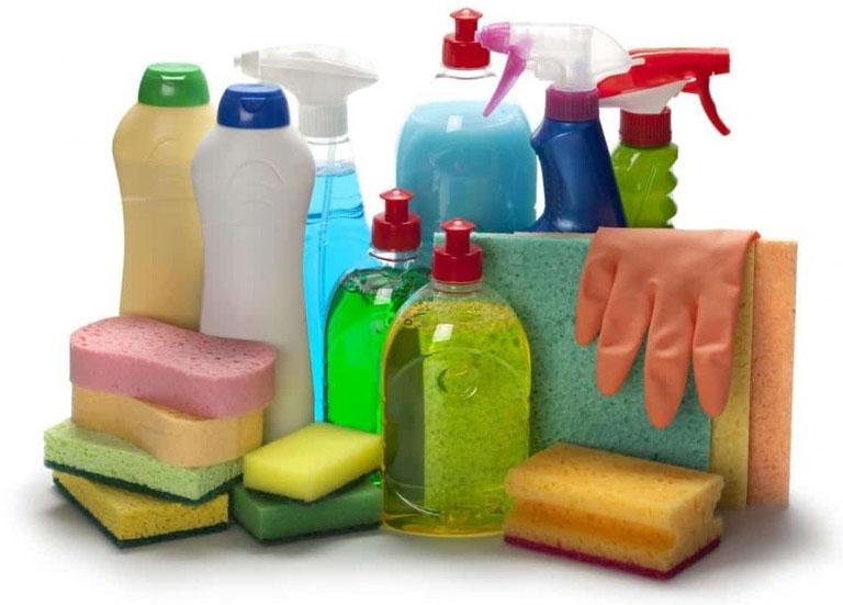 Bị viêm da tiếp xúc cần kiêng tiếp xúc với hóa chất tẩy rửa