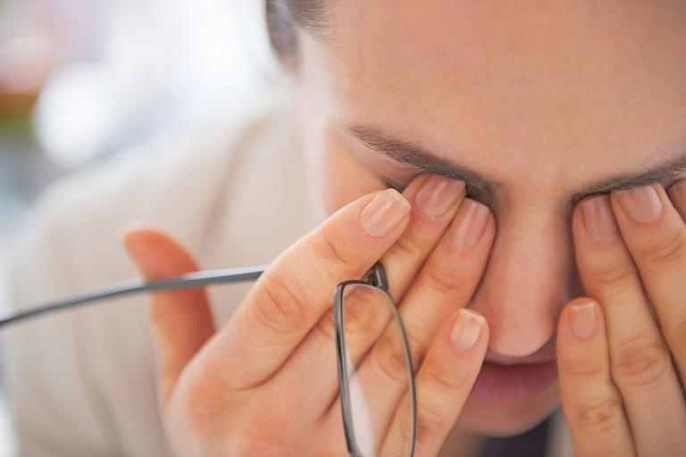 Giảm thị lực là một trong những biến chứng thường gặp khi bị viêm mũi họng xuất tiết
