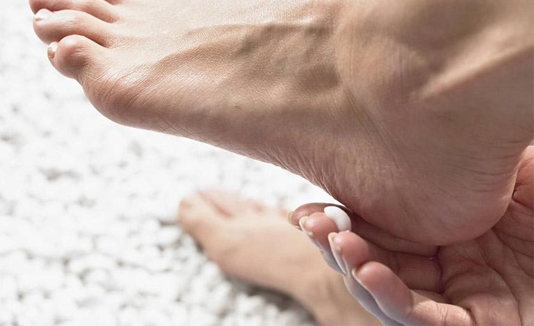 Bôi kem dưỡng ẩm giúp bổ sung độ ẩm cho da, ngăn ngừa tình trạng khô ráp nứt nẻ