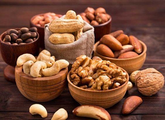 Thực phẩm khô cứng khi ăn sẽ chà xát vào vòm họng khiến khu vực bị viêm amidan hốc mủ trở nên trầm trọng hơn.