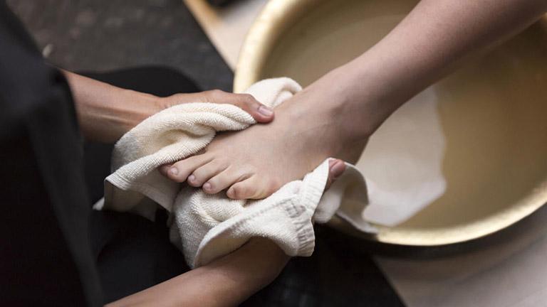 da chân bị nổi mẩn đỏ và ngứa