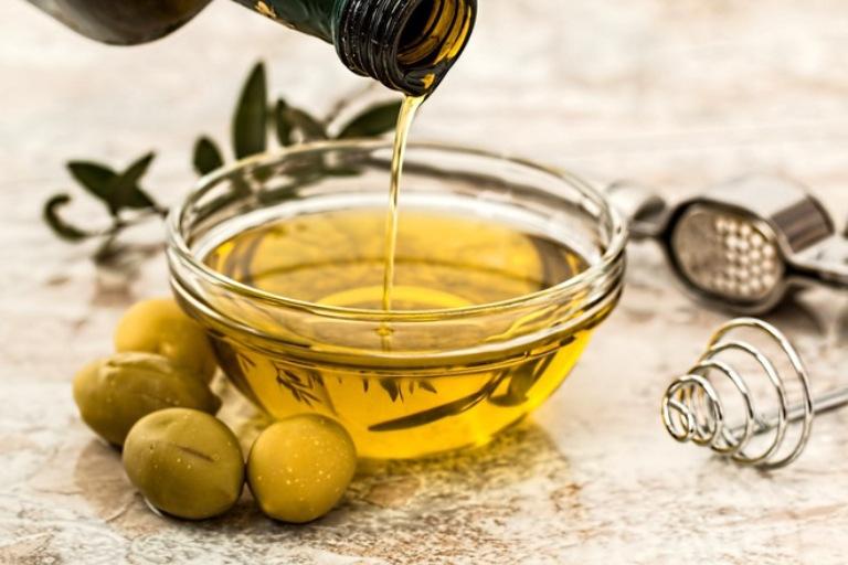 Dầu oliu sẽ bảo vệ da khỏi các tác nhân gây hại và hỗ trợ làm lành tổn thương trên da