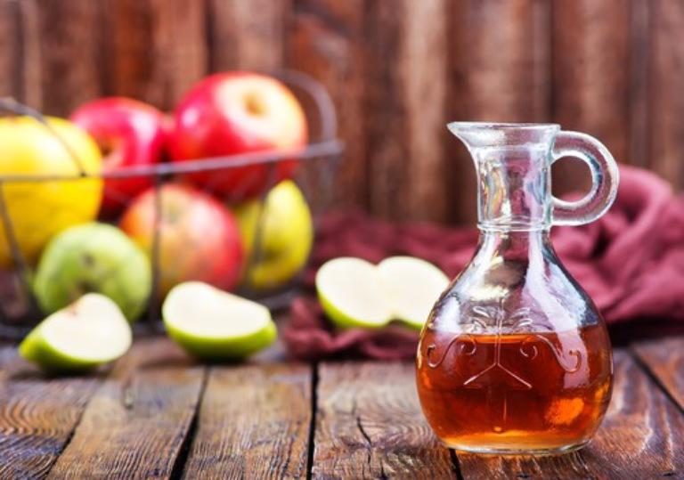 Thoa giấm táo pha loãng cũng là cách giúp đẩy lùi các triệu chứng của bệnh rất hiệu quả
