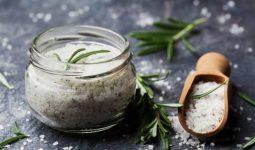 Trong muối có chứa nhiều thành phần giúp kháng viêm và ngăn ngừa vi khuẩn