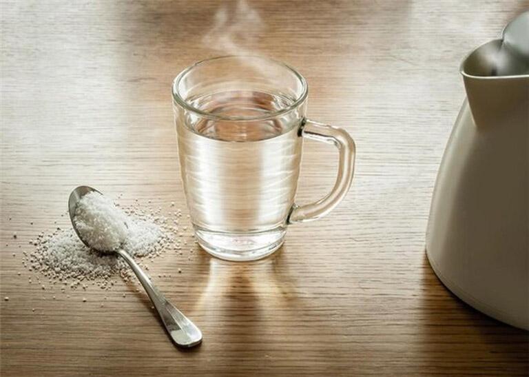 Thường xuyên dùng nước muối pha loãng để súc miệng sẽ giúp cho cổ họng của bạn được sạch sẽ, cải thiện được tình trạng viêm nhiễm.