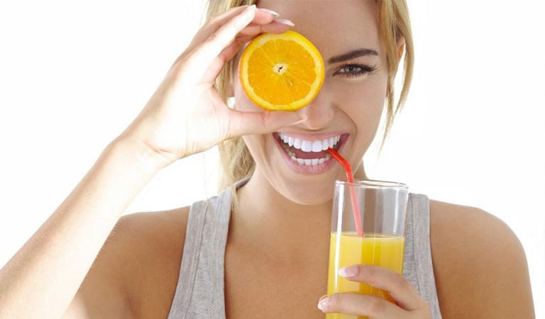 Nước cam không chỉ có công dụng chống viêm mà còn là đẹp da, sáng mắt