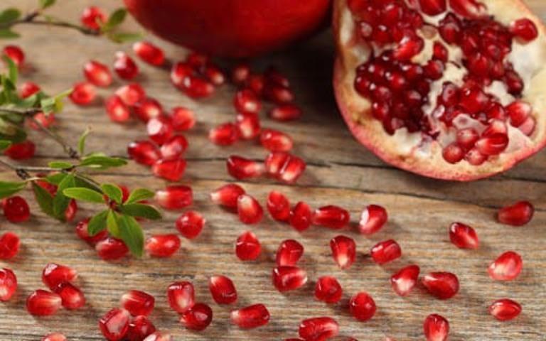 Người bị đau dạ dày nên lựu để bổ sung vitamin và các khoáng chất hỗ trợ tiêu hóa
