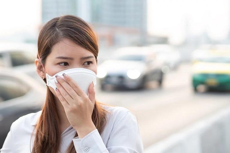 Đeo khẩu trang khi ra ngoài để bảo vệ đường hô hấp