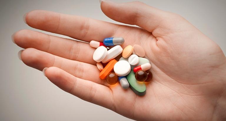 Nổi mẩn ngứa từng mảng trên da có thể xảy ra khi cơ thể bị dị ứng với một số loại thuốc chữa bệnh