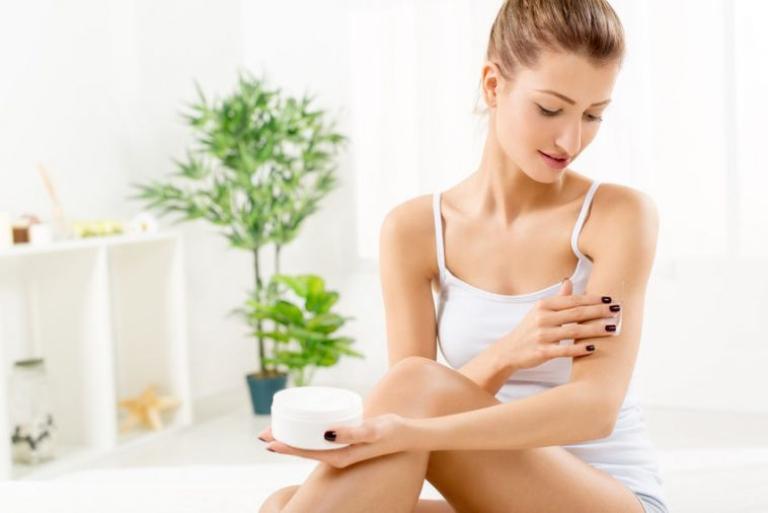 Thoa kem dưỡng ẩm giúp cấp ẩm cho da, ngăn ngừa tình trạng da bị thiếu nước gây khô ráp