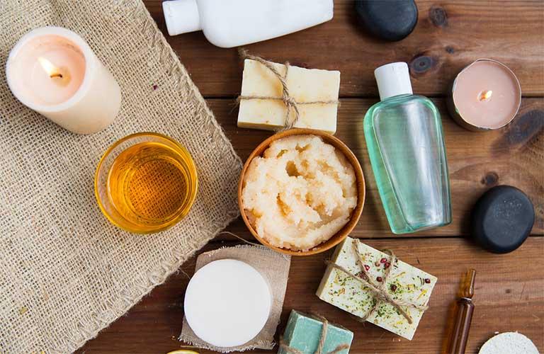 Nên sử dụng các sản phẩm kem dưỡng ẩm không chứa chất tạo màu, tạo mùi hay chất bảo quản paraben cho trẻ bị viêm da cơ địa
