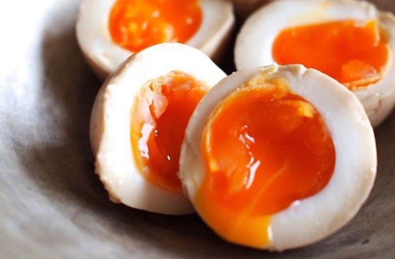 Không nên ăn trứng gà sống để tránh nguy cơ nhiễm khuẩn gây ảnh hưởng xấu đến sức khoẻ