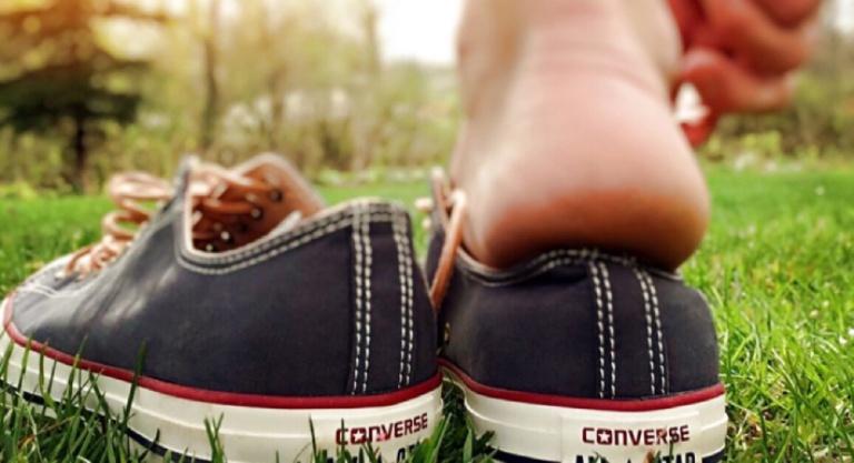 Mang giày chật là một trong những nguyên nhân gây ra bệnh viêm da cơ địa ở chân