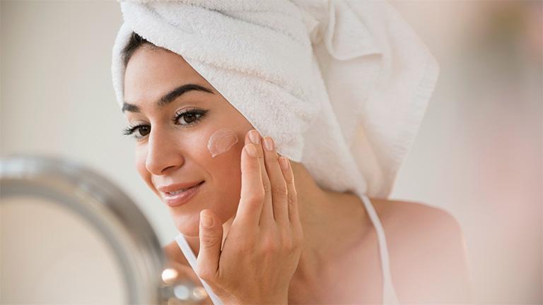 Bôi kem dưỡng ẩm để cải thiện tình trạng da nổi mẩn đỏ nhưng không ngứa