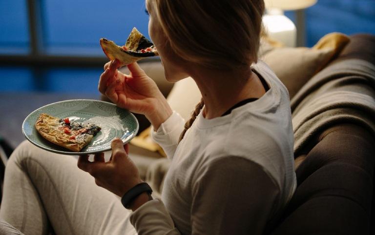 Thói quen ăn đêm là một trong những nguyên nhân gây đau dạ dày trong đêm