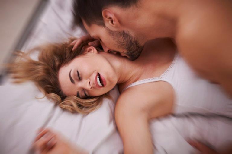 Quan hệ tình dục đều đặn giúp duy trì cảm xúc ổn định, hạn chế dương vật bị kích thích quá độ khi yêu