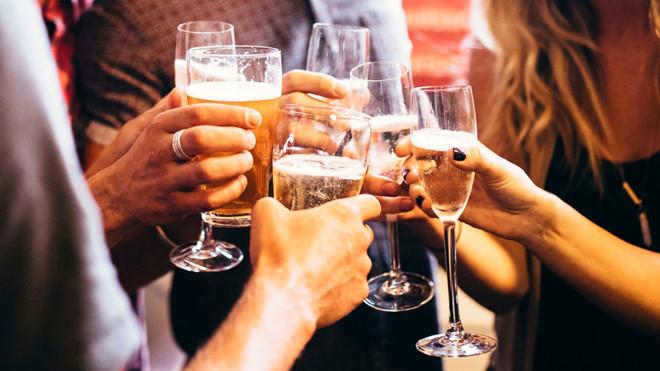 Người bị viêm amidan hốc mủ không nên uống rượu bia và các chất kích thích