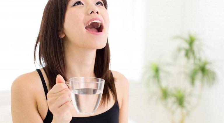 Súc miệng nước muối giúp giảm cảm giác đau rát họng