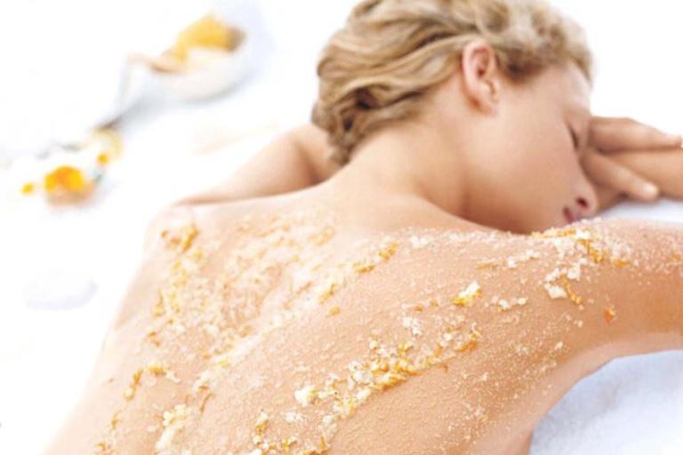 Tắm bột yến mạch giúp làm dịu vùng da bị tổn thương, từ đó tình trạng ngứa ngáy và sưng đó cũng được cải thiện