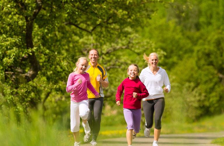 Bảo vệ cơ thể bằng cách tăng cường thể dục thể thao, nâng cao đề kháng chống lại bệnh.
