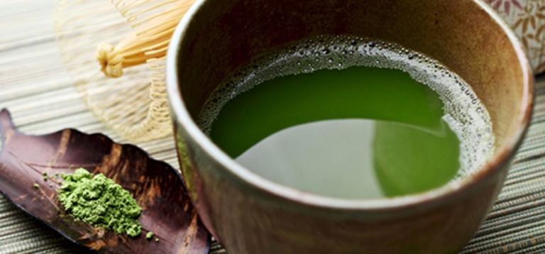 Thoa nước cốt lá bàng bên ngoài da để cải thiện triệu chứng của bệnh