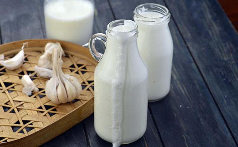 Bài thuốc chữa viêm họng đỏ từ tỏi và sữa nóng