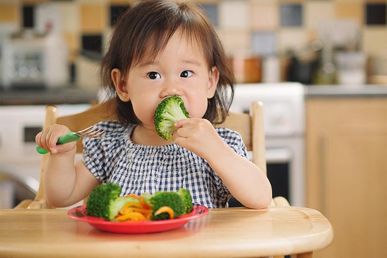 Trẻ bị viêm amidan nên ăn nhiều rau xanh và trái cây