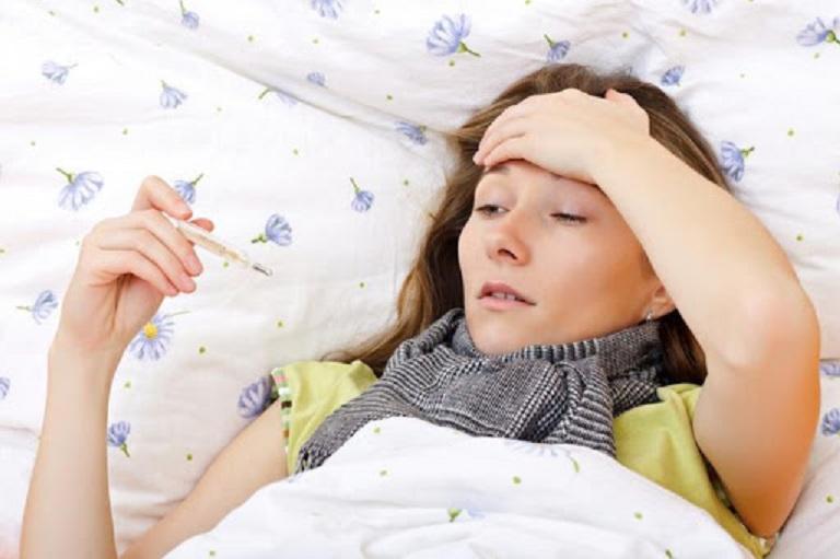 Người bệnh có thể bị sốt từ nhẹ tới nặng kèm theo triệu chứng ớn lạnh