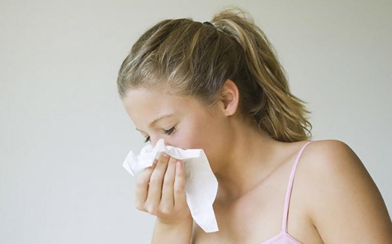 Hắt hơi liên tục có kèm dịch và mủ là triệu chứng viêm đa xoang