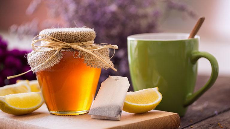 Sử dụng nước chanh mật ong giảm tình trạng viêm họng đau đầu