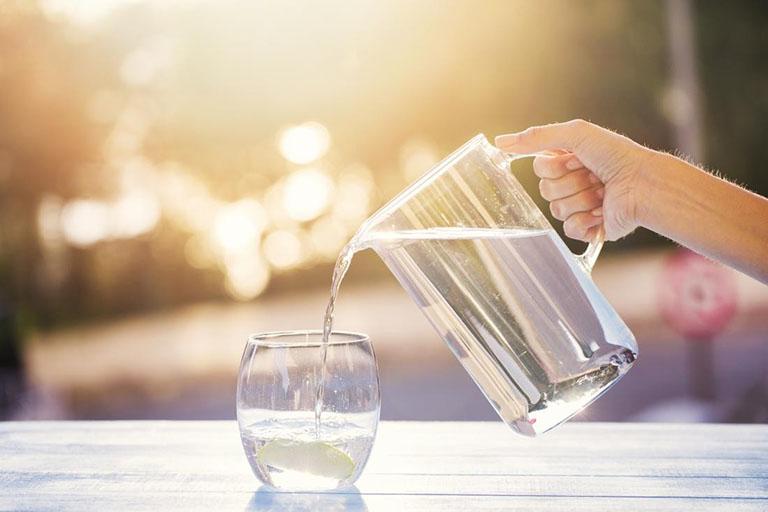 Bổ sung nước cho cơ thể hỗ trợ điều trị viêm họng đau đầu
