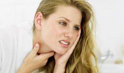 Viêm họng là một trong những bệnh lý gây ra tình trạng cổ họng đau rát khi nuốt