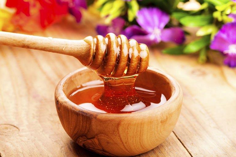 Điều trị viêm họng dị ứng tại nhà với mật ong