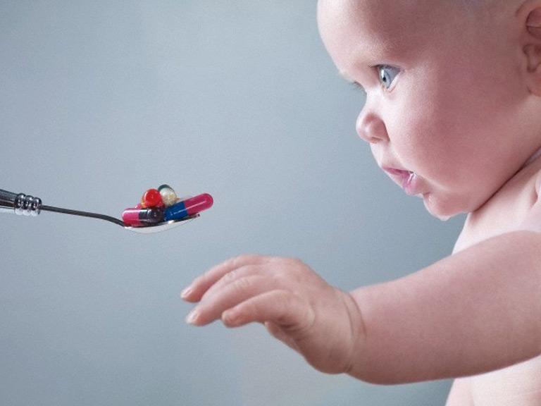 Trẻ bị viêm họng có nên uống kháng sinh không