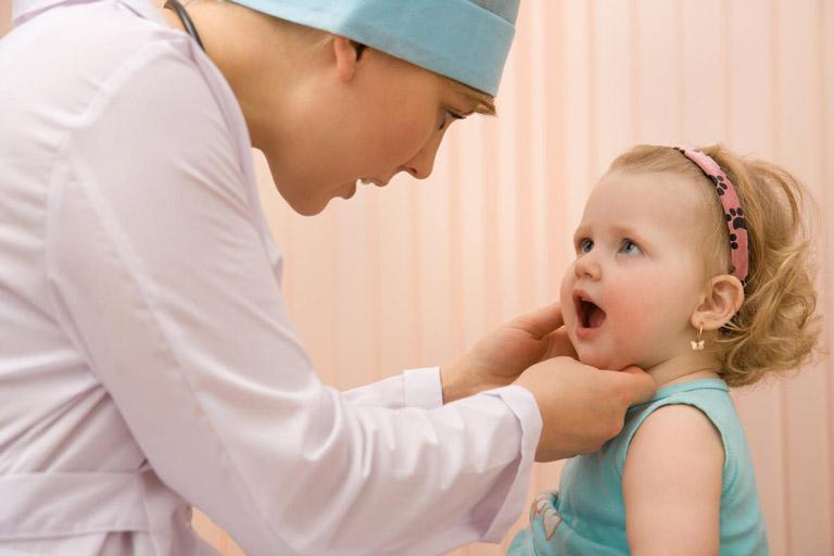 Trẻ bị viêm họng khi nào nên đi khám bác sĩ