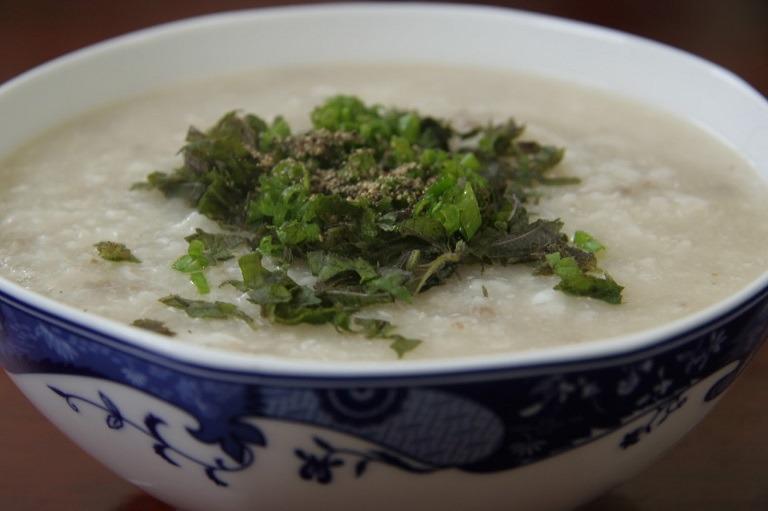 Các loại đồ ăn mềm, lỏng như cháo hoặc canh rất thích hợp cho người bị đau họng