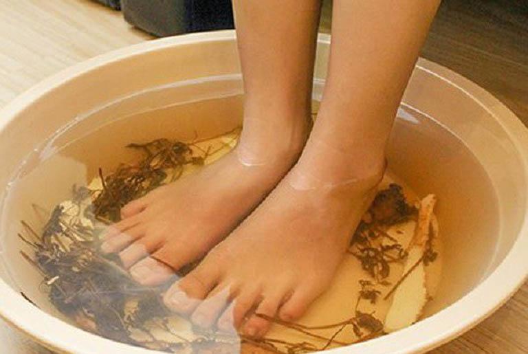 Ngâm chân với nước ngải cứu có sẽ gia tăng quá trình lưu thông khí huyết