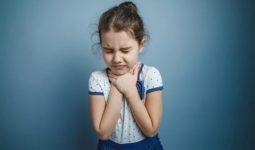 Viêm thanh quản cấp ở trẻ có thể do sự tấn công của virus, vi khuẩn