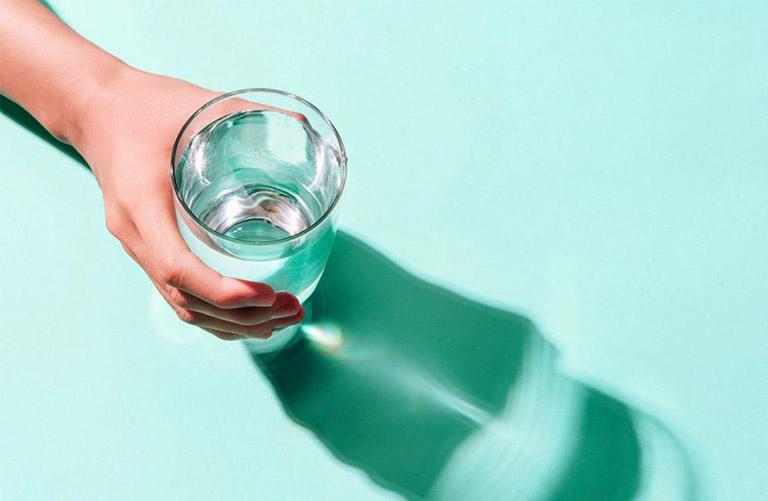 Uống đủ nước phòng ngừa các bệnh đường hô hấp cho bà bầu