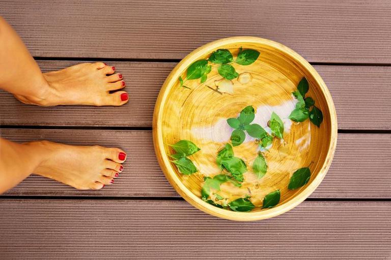 Ngâm chân chữa đau khớp