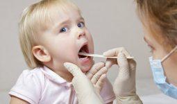 Bé bị viêm họng sốt cao liên tục khiến bố mẹ vô cùng lo lắng