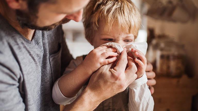 Điều quan trọng là đảm bảo trẻ uống đủ nước và vệ sinh mũi sạch sẽ