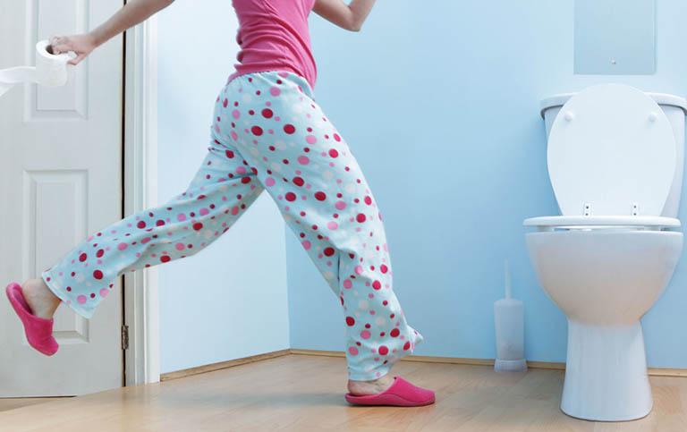 Nên đi vệ sinh ngay khi có nhu cầu và tránh thói quen nhịn đi tiêu