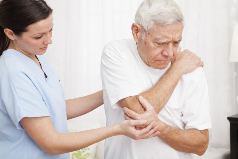 Đau nhức xương khớp khi thay đổi thời tiết xảy ra phổ biến ở người già do ảnh hưởng của quá trình lão hóa