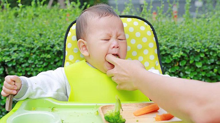 Với trẻ nhỏ, đặc biệt là trẻ sơ sinh, khó có thể áp dụng các cách khạc đờm ra khỏi cổ thông thường