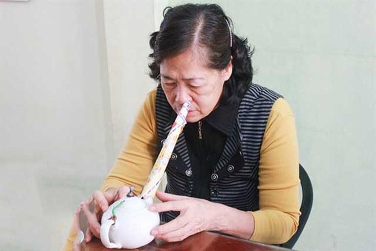 Cách chữa viêm xoang bằng cây giao thường gặp nhất là nấu nước xông